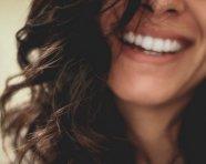 טיפולים אסתטיים לשיפור מראה הפנים והחיוך – שלא דורשים ניתוח