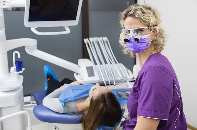 הדרך שלנו לכאן: מה עובר רופא שיניים עד שהוא הופך למומחה?